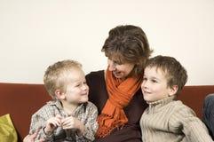 2 γιοι δύο μητέρων Στοκ εικόνες με δικαίωμα ελεύθερης χρήσης