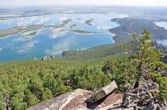 2 δασικοί βόρειοι βράχοι λιμνών του Καζακστάν Στοκ Φωτογραφία