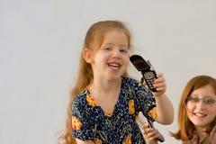 2 κορίτσια κυττάρων τηλεφωνούν σε δύο Στοκ φωτογραφία με δικαίωμα ελεύθερης χρήσης