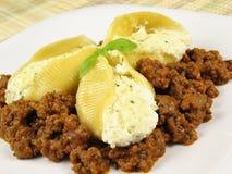 2 κοχύλια σάλτσας ζυμαρικών κρέατος Στοκ Εικόνα