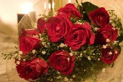2 κόκκινα τριαντάφυλλα ανθοδεσμών Στοκ εικόνα με δικαίωμα ελεύθερης χρήσης