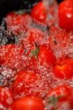 2 κόκκινες ντομάτες κερα&sig Στοκ Φωτογραφία