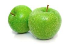 2 μήλα απομόνωσαν υγρό Στοκ Φωτογραφία