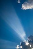 2 μπλε ηλιαχτίδες σύννεφω&nu στοκ φωτογραφίες