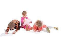 2 παιδιά που σύρουν τρία Στοκ Εικόνες