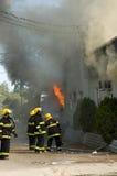 2 πυροσβέστες εργάζοντα&iot Στοκ φωτογραφίες με δικαίωμα ελεύθερης χρήσης