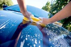 2 χέρια κρατούν την πλύση σφουγγαριών στοκ φωτογραφία