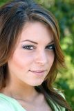 2 όμορφες υπαίθριες νεολαίες brunette headshot Στοκ Εικόνες