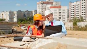2 архитектора перед строительной площадкой Стоковое Изображение