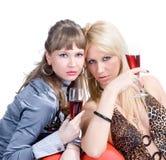 2 белокурых девушки аттестуют красное вино Стоковые Изображения RF