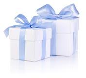 2 белых коробки связанной с голубой тесемкой сатинировки обхватывают Стоковое Изображение RF