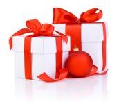 2 белых коробки связанной с красной тесемкой сатинировки обхватывают Стоковые Изображения