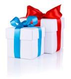2 белых коробки связанной с смычком красной и голубой тесемки стоковое фото rf