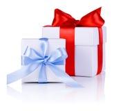 2 белых коробки связанной с смычком красной и голубой тесемки Стоковая Фотография RF