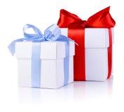 2 белых коробки связанной с смычком красной и голубой тесемки Стоковое Фото