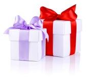 2 белых коробки с красным и пурпуровым смычком тесемки Стоковая Фотография