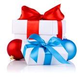 2 белых коробки с шариками тесемки, красных и голубых Стоковая Фотография