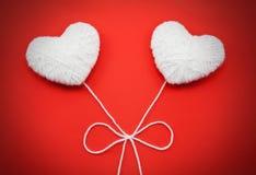 2 белых сердца сделанного от шерстей Стоковые Изображения