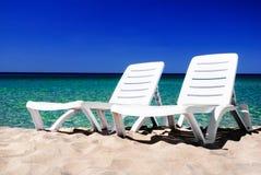 2 белых bedstones на песчаном пляже Стоковые Фотографии RF