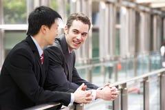 2 бизнесмена вне самомоднейшего офиса Стоковая Фотография