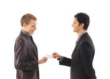 2 бизнесмена держа карточку посещения Стоковое Изображение