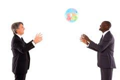 2 бизнесмена играя с глобусом Стоковая Фотография RF