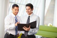 2 бизнесмена имея неофициальное заседание в самомоднейшем офисе Стоковое Изображение