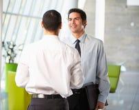 2 бизнесмена имея неофициальное заседание в самомоднейшем офисе Стоковая Фотография