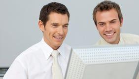 2 бизнесмена работая совместно на компьютере Стоковая Фотография RF