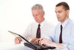 2 бизнесмена работая совместно Стоковые Изображения