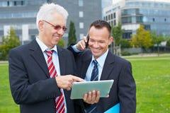 2 бизнесмена работая outdoors Стоковое Изображение