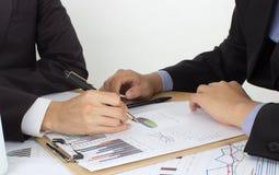 2 бизнесмена рассматривают документы Стоковое Изображение