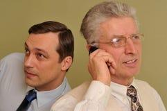 2 бизнесмена совместно и беседа на телефоне Стоковое Изображение RF