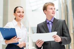 2 бизнесмена стоя в офисе Стоковые Фотографии RF