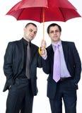 2 бизнесмена стоя под зонтиком Стоковые Изображения RF