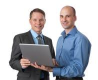 2 бизнесмена с портативным компьютером Стоковое Изображение