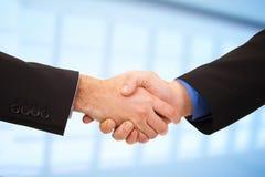 2 бизнесмена трястия руки Стоковое Изображение