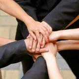 2 близких руки держат совместно вверх Стоковое Изображение RF