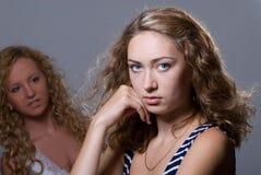 2 блондинкы на серой предпосылке Стоковая Фотография