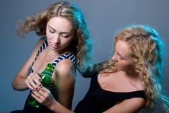2 блондинкы с бутылкой воды Стоковые Фото