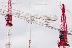 2 больших стальных крана конструкции закрывают совместно Стоковое фото RF