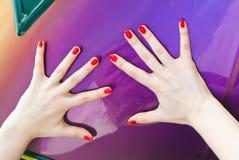 2 большого пальца руки withwith рук вверх Стоковое Изображение