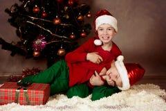 2 брать в шлемах Санта, рождестве Стоковое фото RF