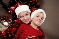 2 брать в шлемах Санта, рождестве Стоковое Фото