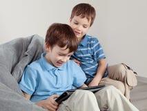 2 брать играя на таблетке Стоковая Фотография