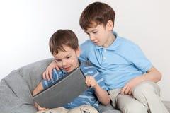 2 брать играя на таблетке Стоковое Фото