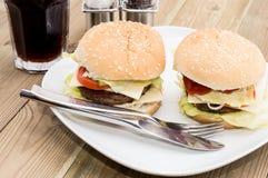 2 бургера на плите Стоковые Изображения RF