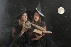 2 ведьмы halloween на темной предпосылке Стоковая Фотография