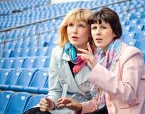 2 вентилятора женщин наблюдая конкуренцию Стоковая Фотография RF