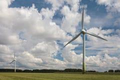 2 ветротурбины в голландском ландшафте Стоковое фото RF